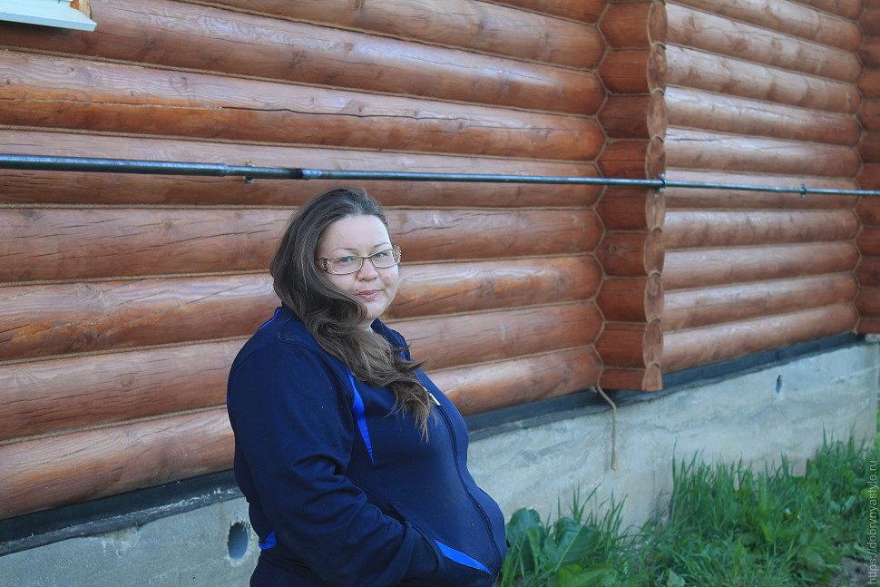 Хозяйка Татьяна рядом со своим домом ожидает монтаж Коловеси 5